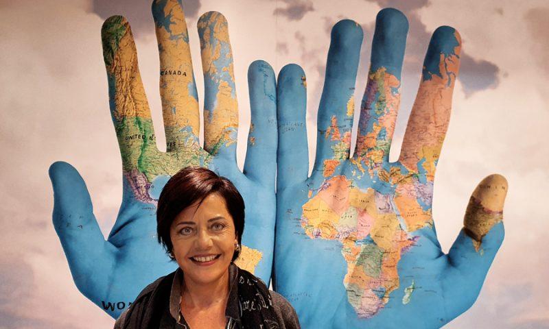 Foto di Anna Maspero con sfondo immagine mappamondo